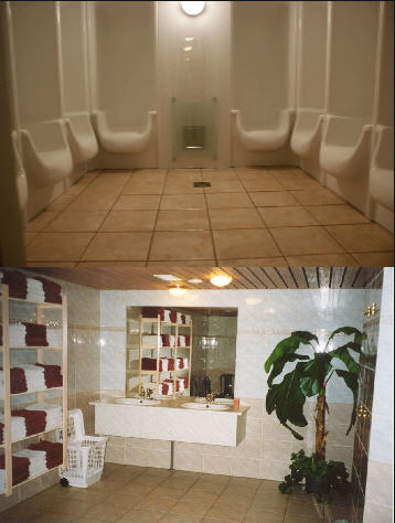 Een ruime douche groep met acht douches en een zeer relaxed Turks bad.