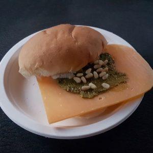 Broodje oude kaas met pesto en pijnboompitten